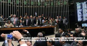 Governo manobra e aprova urgência para reforma trabalhista 24h após rejeição