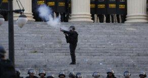 'Quem votou para revogar prisões apoiou quadrilha', afirmam manifestantes na Alerj